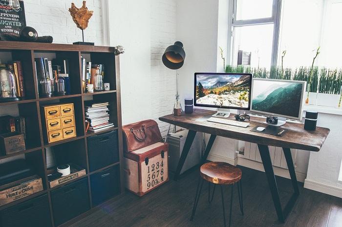Pracovní stůl do pokoje